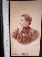 FOTÓ FOTÓGRÁFIA FÉNYKÉPJELZETT MŰTERMI KEMÉNYHÁTÚ ELŐKELŐ HÖLGY DÁMA NŐ KÉP BUDAPEST cca 1890