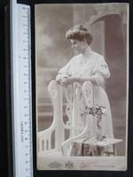 FOTÓ FOTÓGRÁFIA JELZETT FÉNYKÉP KEMÉNYHÁTÚ ELÖKELŐ DIVAT HÖLGY DÁMA KÉP POZSONY BRATISLAVA cca 1900