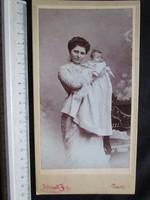 FOTÓ FOTÓGRÁFIA FÉNYKÉP JELZETT KEMÉNYHÁTÚ ELÖKELŐ CSALÁD ANYA + GYERMEK PÉCS cca 1890