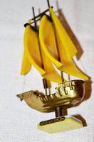 Plexi és réz Balatoni Emlék két árbocos vitorlás hajó