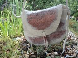 'SELYEMGYAPJÚ' - Kézműves nemezelt gyapjú táska selyemmel díszítve