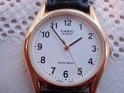Casio aranyozott férfi karóra.  Jól látható számlappal.