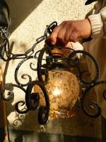 Kovácsoltvas - díszes üvegbúrás falilámpa - lámpa