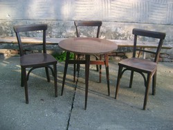 Régi kerek, tű lábú asztal három Thonet jellegű székkel