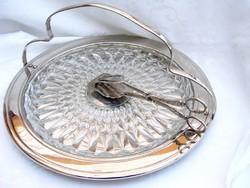Ezüstözött süteményfogó csipesz, hozzá üvegbetétes, fogantyús süteménykínáló tálca