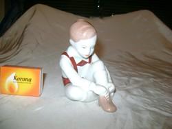 Budapest Aquincum cipőjét kötöző fiú figura