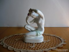 Fésülködő lány - Aquincumi porcelán