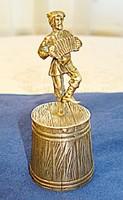 Orosz ezüst vodkás pohár, táncoló-harmonikázó kozák figurával