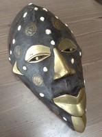 Régi fából faragott  maszk réz és pénzérme díszítéssel