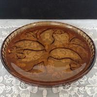 Borostyánszinű sütemény kínáló