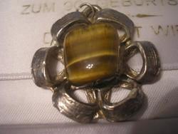 Tigrisszem kővel ezüstözött medál