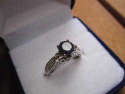 Ezüst, barokkos eljegyzési gyűrű egy különleges zafír kővel