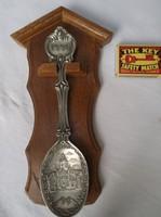Díszkanál - 1996. Évszámozott ón kanál, keményfa tartóval, 23 x 12 cm