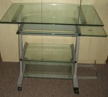 Üveg számítógép asztal fémvázas