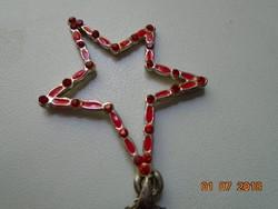 Rubin vörös gyöngyökkel és zománccal ezüstözött csillag medál lánccal.