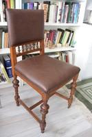 80 éves népies stílusú faragott szék bőr ülőfelülettel