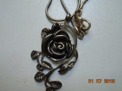 """Rózsa plasztikus fém medál ezüstözött """"kígyó"""" mintás lánccal"""