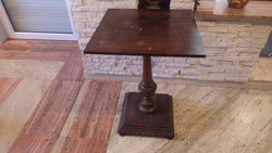 Szögletes fa asztal