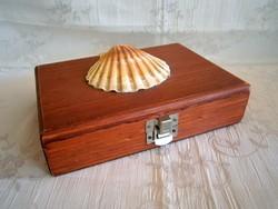 Egyszerű fa doboz, díszdoboz kagylóval a tetején