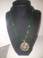 Smaragd gyöngysor 4 cm-es antik medállal.