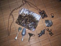 Régi apró tárgyak, gyöngy, medál, stb.