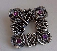 Bross kitűző kendő összefogó csiszolt csillogó lila színű kövekkel ékítve