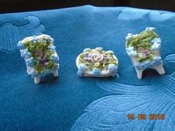 Miniatűr porcelán bútorok irakott virágokkal asztal 2 székkel Drezda 1880
