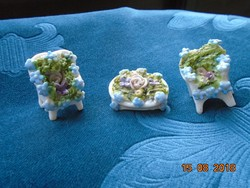 Miniatűr porcelán bútorok kirakott virágokkal asztal 2 székkel Drezda 1880