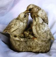 Wilhelm Carl Roba márvány szobor fiókáit etető madár jelzett
