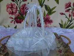 Csodaszép szív alakú csipkés kosár esküvőre, virágsziromnak, vagy bonbonkínálónak.