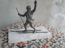 Síelő ón szobor