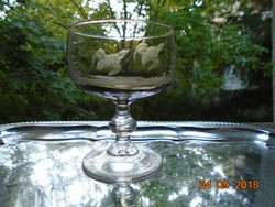 Savmaratott Fajd kakas mintás francia borostyán üveg talpas pohár