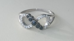Ezüst gyűrű fekete és fehér cirkonkövekkel diszitve 925