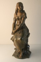 Szecessziós ülő lány szobor