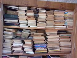 Kb. 800 db. könyv....