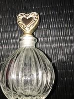 Tündéri parfümös üveg szives fém dugóval.