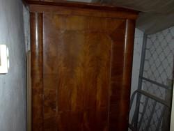 Bieder akasztós szekrény.