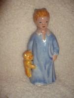 Kék ruhás kislány macijával