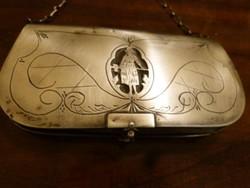 Ezüst színházi táska.