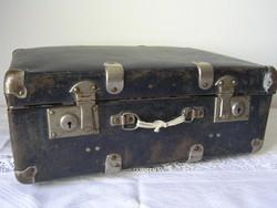Kék bőrönd fém pántokkal