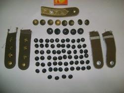 Régi, retro katonai gombok, kitűzők, egyéb - több, mint 80 darab