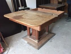 Antik oszloplábú, rézpapucsos asztal