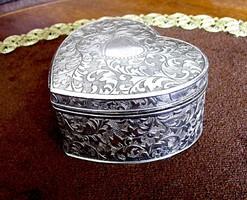 Nagyobbacska, szépen cizellált, szív alakú doboz, alkalmas ajándék a szeretet kifejezésére