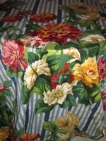 Gyönyörű színvilágú virágos rendkívűl mutatós hatalmas sötétítő függöny pár
