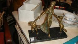 Három alakos bronz szobor.