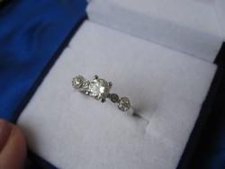Ezüst, szecessziós eljegyzési gyűrű egy brill gyémánt moissanit kővel