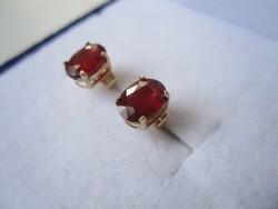 Tömör arany fülbevaló, természetes, ovális rubin kővel