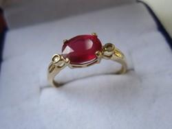 Tömör arany gyűrű ovális rubin és 2 brill csiszolású gyémánt kővel