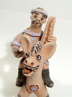 Kerámia szamár ,zenész gazdájával