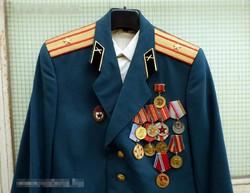 Szovjet tiszti egyenruha 11 db. kitüntetéssel+ing+tányérsapka+adományozók